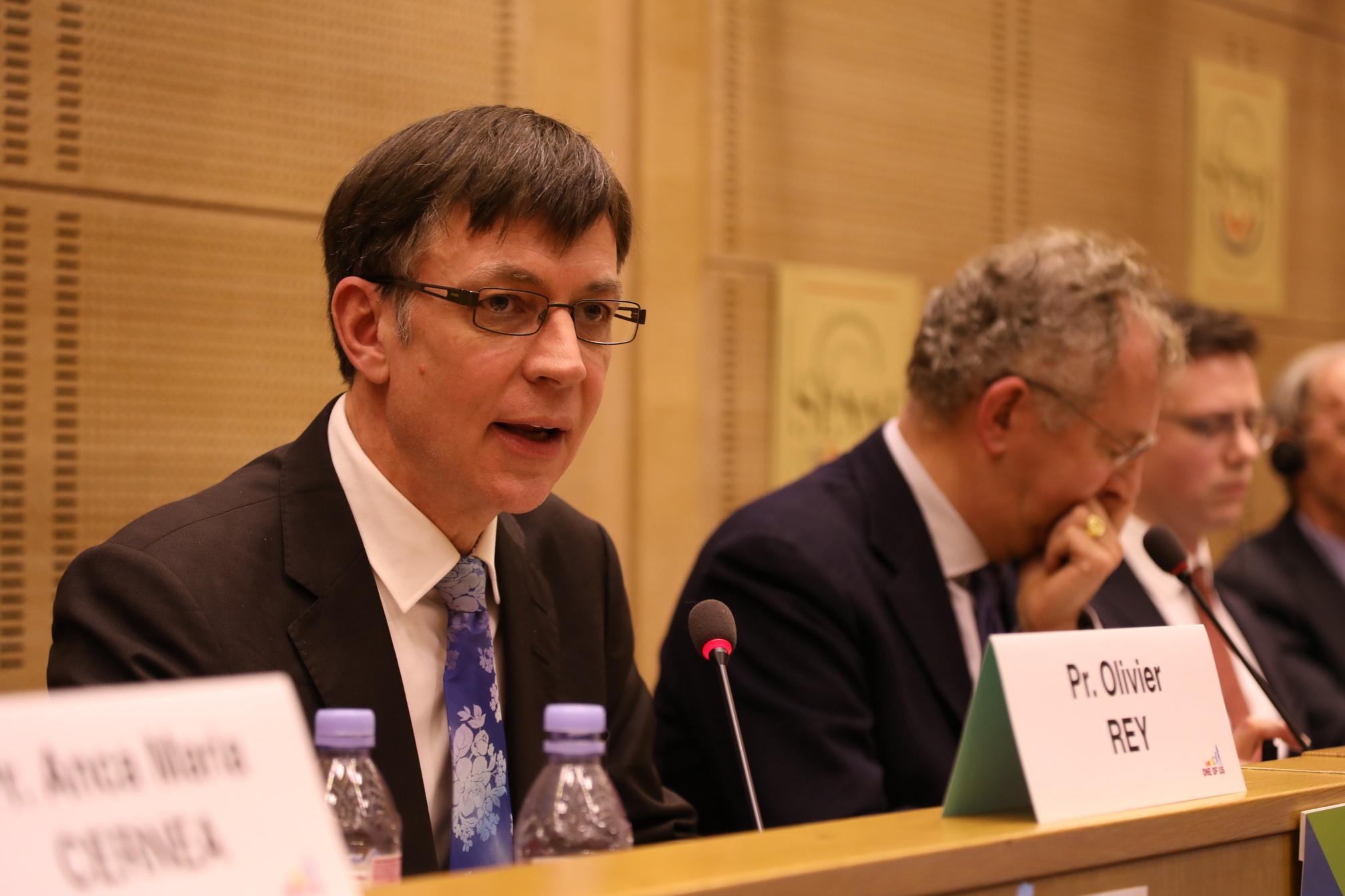 De gauche à droite : Bence Rétvari, ministre hongrois des capacités humaines (santé, famille, etc.), Mme et M. Bruchalski, Thierry de l